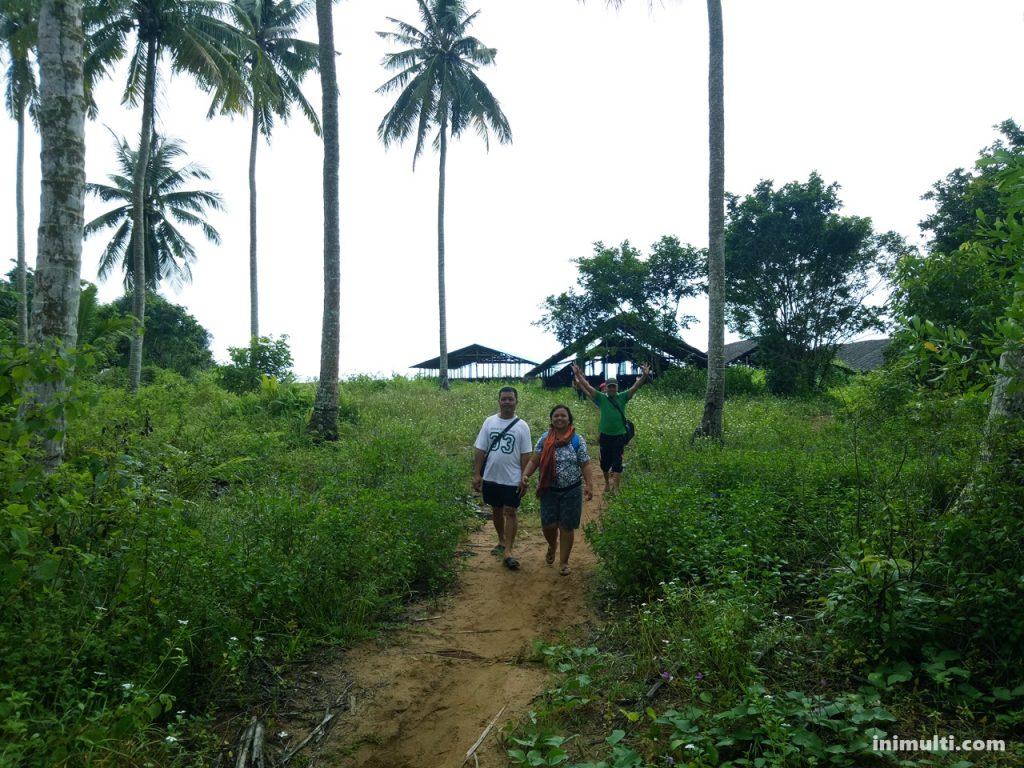 jalan menuju pantai batu nenek di desa temajuk