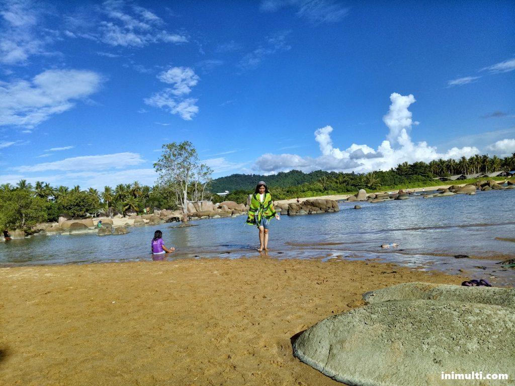 wisata pantai batu nenek di desa temajuk