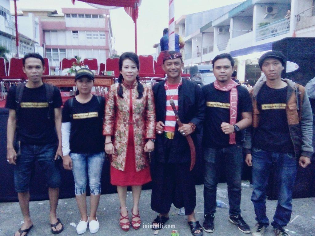 Blogger Singkawang foto bersama walikota dan wakil walikota terpilih
